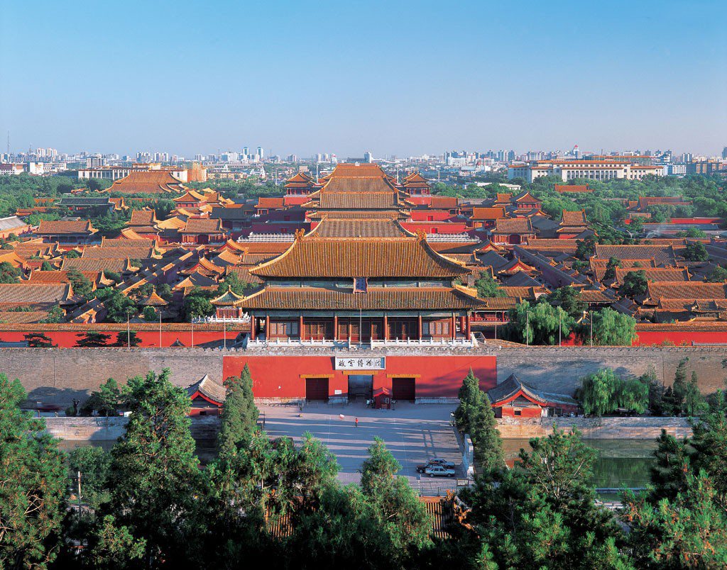 北京故宫是几百年前劳动人民智能和血汗的结晶。初建故宫时被奴役的劳动者有工匠十万,夫役百万。在当时社会生产条件下,能建造故宫这样宏伟高大的建筑群,充分反映了中国古代劳动人民的高度智能和创造才能。同时,为了修建故宫,如所需的木材,在明代时,大多采自四川、广西、广东、云南、贵州等地,无数劳动人民被迫在崇山峻岭中的原始森林里,伐运木材。所用石料多采自北京远郊和距京郊二三百里的山区。每块石料往往重达几吨甚至几十、几百吨,如现在保和殿后檐的台阶,有一块云龙雕石重约250吨。     建筑学家们认为故宫的设计与